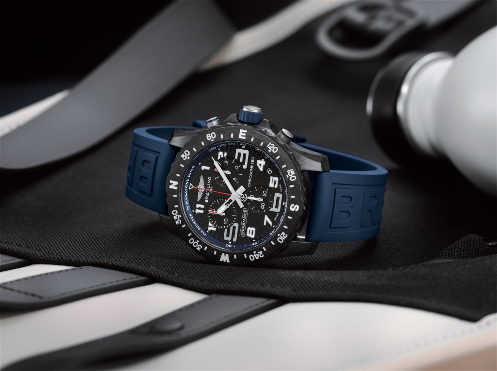 09_endurance-pro-with-a-blue-inner-bezel-and-rubber-strap-1.jpg